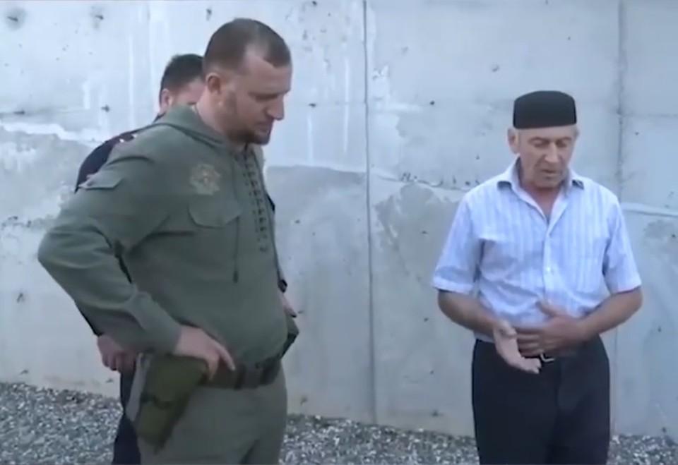 Отец проклинает сына за организацию теракта в Шалинском районе Чечни. Фото: кадр видео