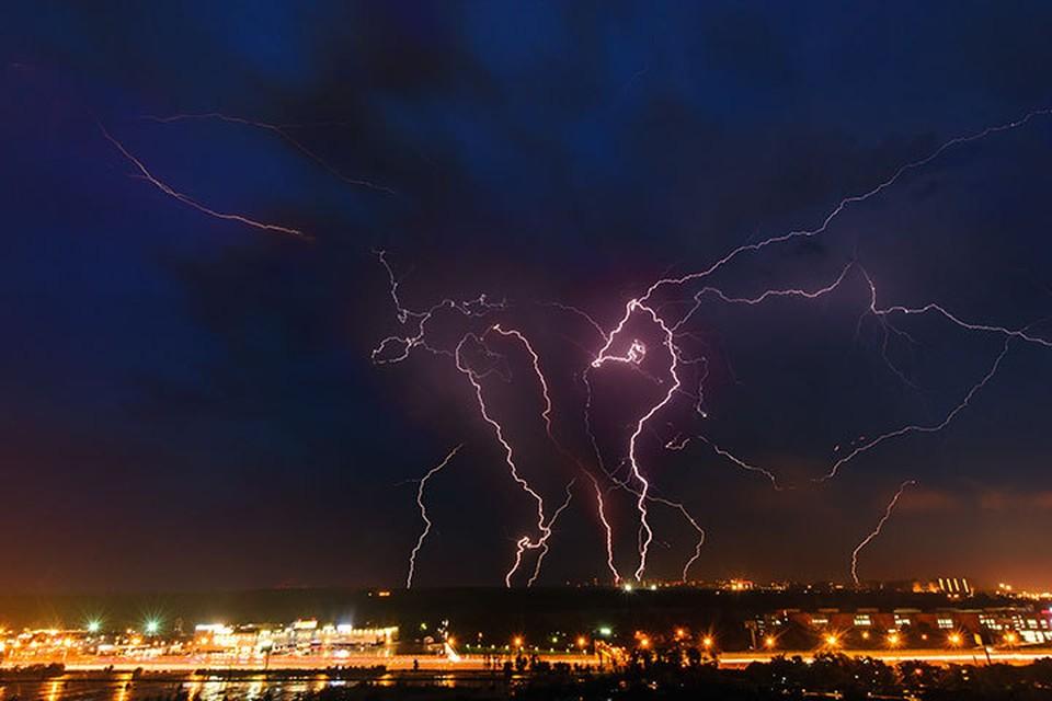 В самолет, следовавший из Москвы в Норильск, при наборе высоты ударила молния.
