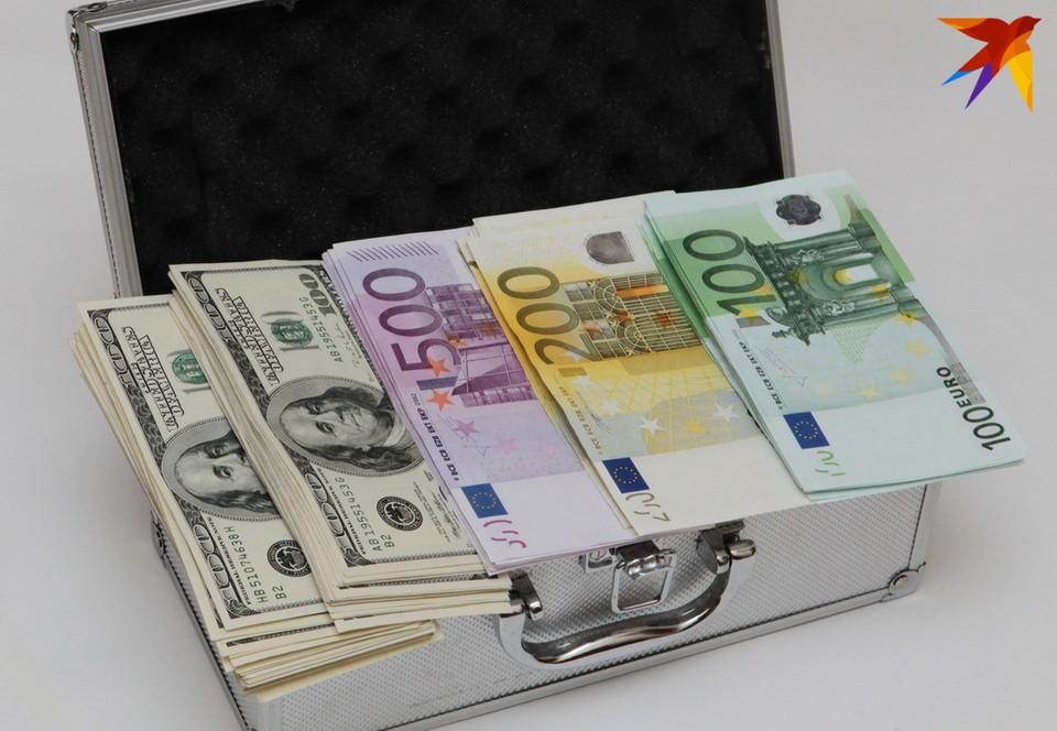 Первые торги осени: российский рубль и долларов подорожали.