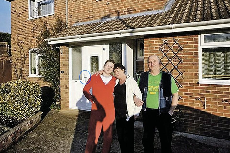 Британский шпион Сергей Скрипаль, его жена Людмила и дочь Юлия на фоне своего дома в Солсбери. Отраву, которой чуть не убили Скрипалей, по версии британских спецслужб, нанесли на ручку двери.