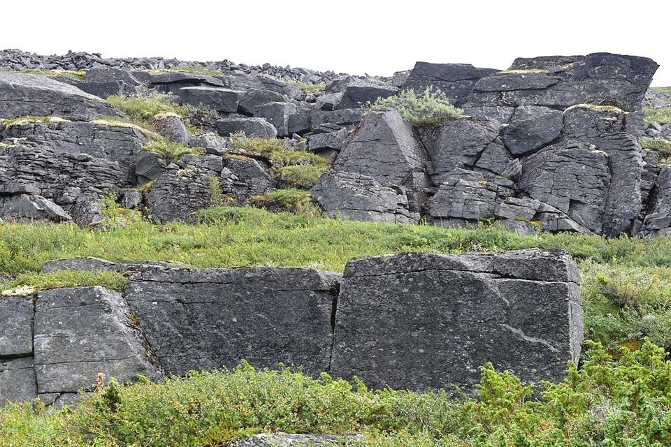 Недавно ковдорские краеведы обнаружили огромную каменную стену, выложенную из гигантских блоков, похожую на остатки древнего города