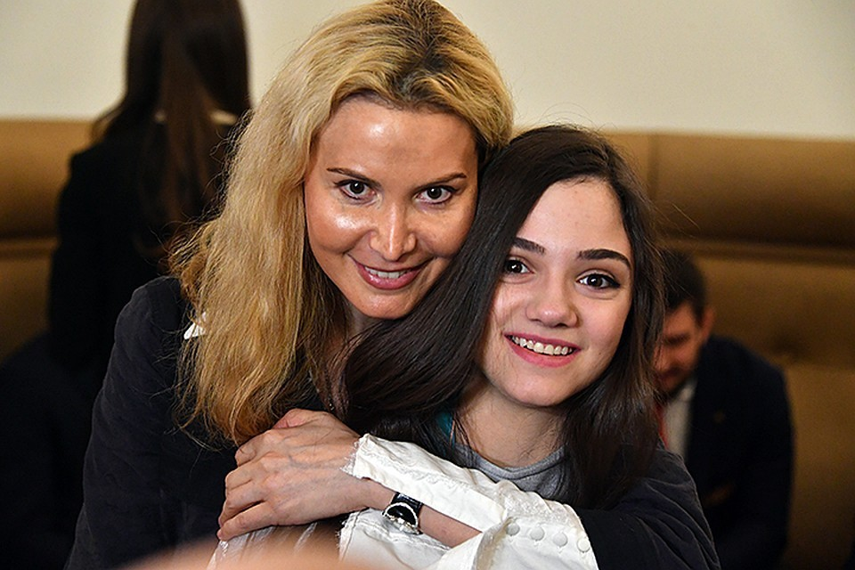 Тренер Этери Тутберидзе со своей бывшей ученицей Евгенией Медведевой
