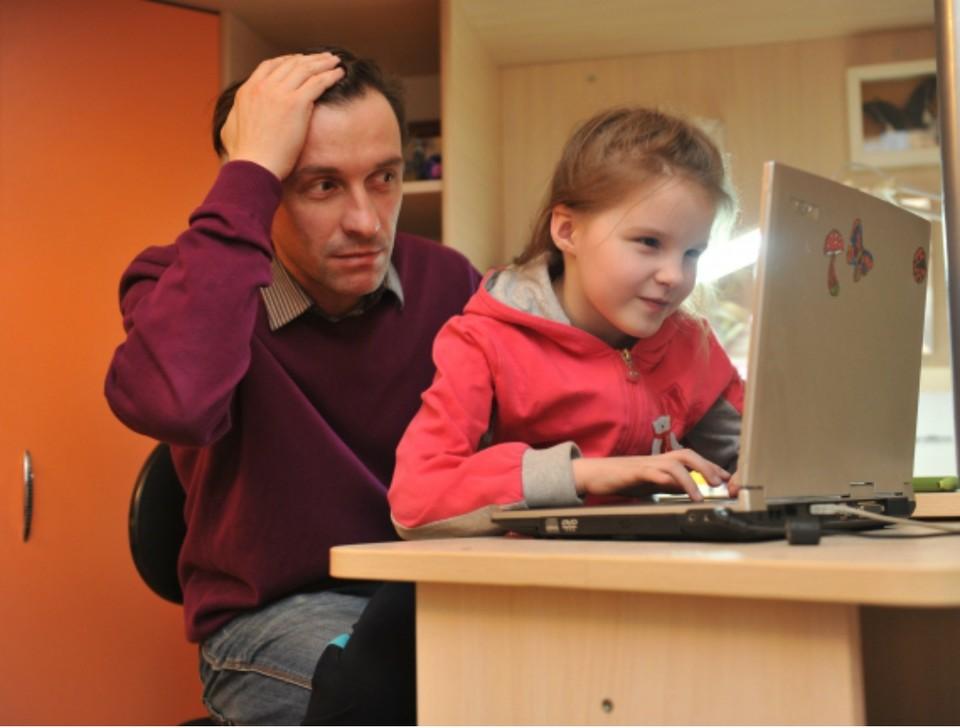 Родителям рекомендуют не паниковать и следить за жизнью детей в соцсетях