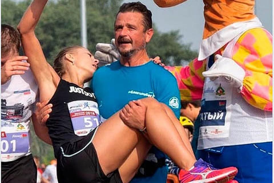 У девушки, которую Александр Патлис донес на руках до финиша марафона, оказался перелом голени. Фото: ФБ Александра Патлиса.