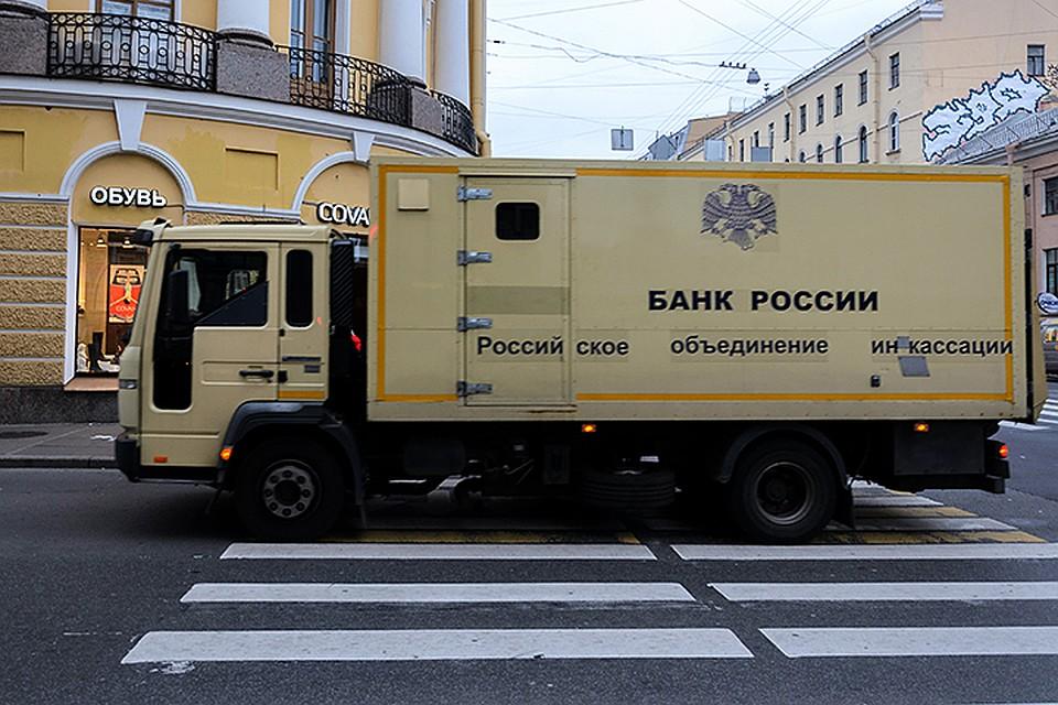 Выходит, Банк России в прямом смысле слова тоннами ввозит в страну наличные иностранные деньги