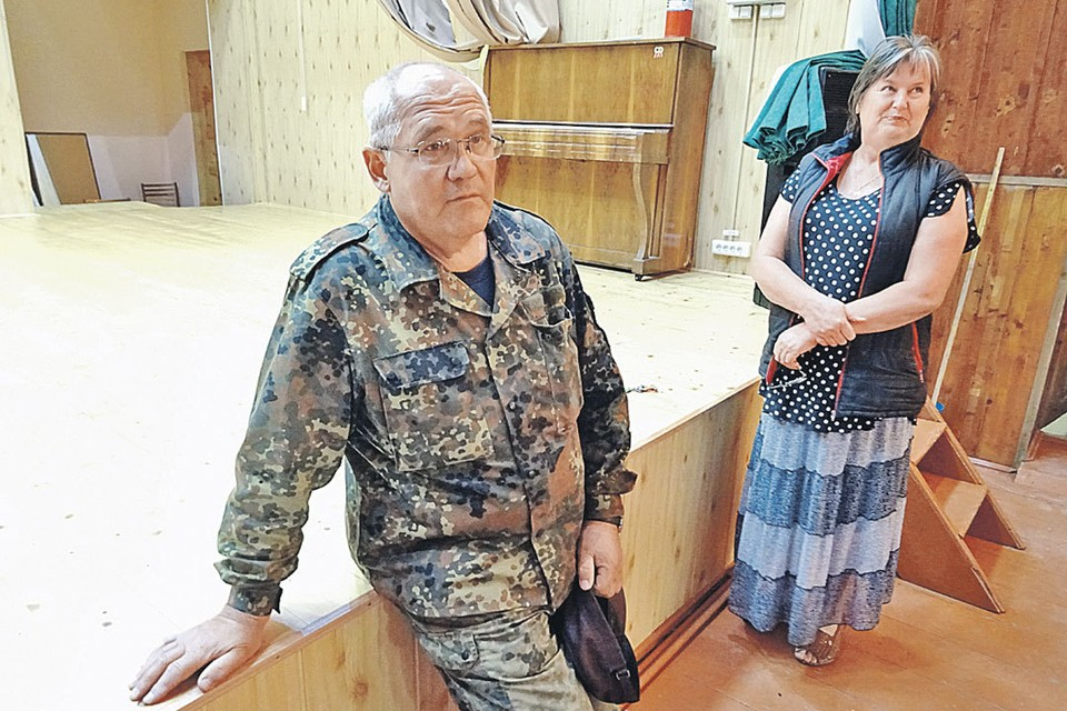 Глава поселения Валерий Антонец и завклубом Александра Фирсова стараются поддерживать на селе должный уровень культуры. Пианино вот, например, не продали. А ведь могли бы.