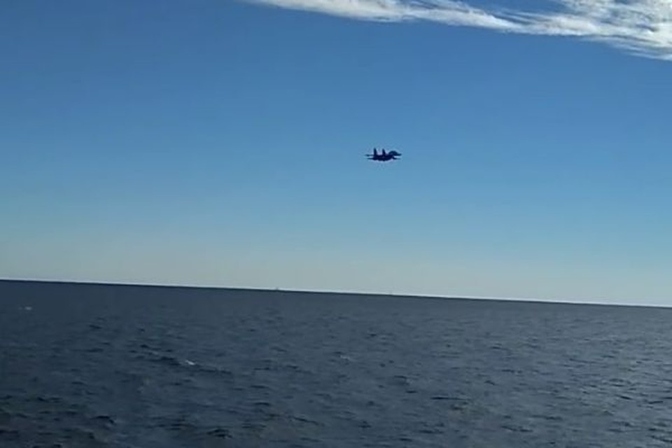Опубликовано видео пролета Су-27 вблизи кораблей ВМС Украины