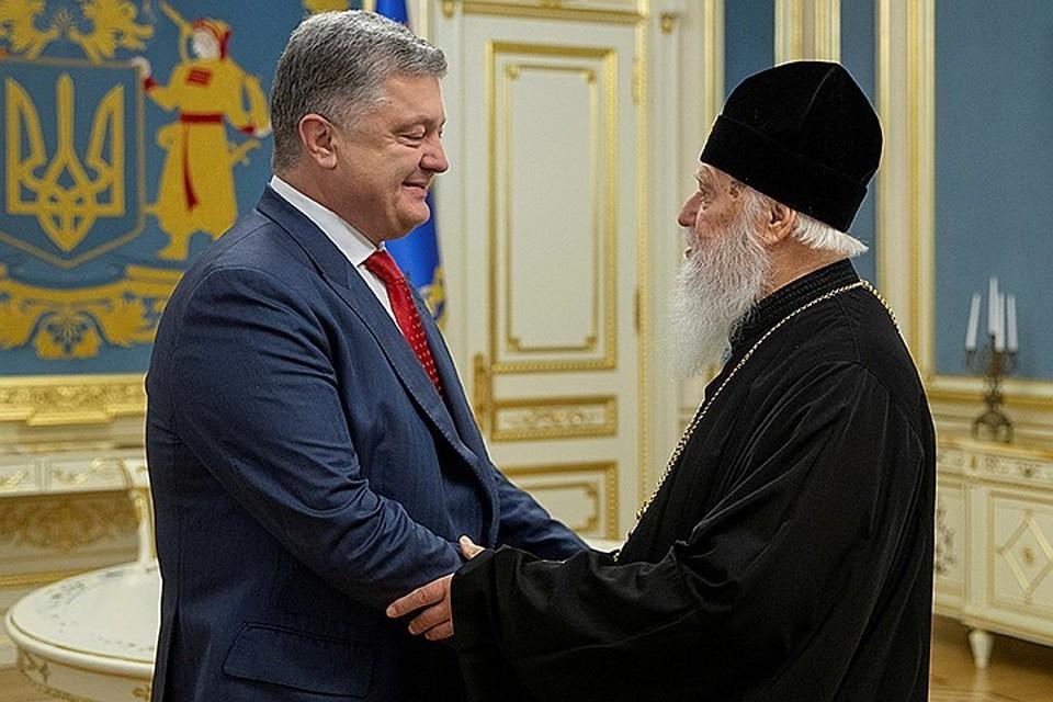 У Порошенко через полгода выборы. И он хочет переизбраться, предъявив как одно из своих главных достижений - отрыв Украинской церкви от Москвы