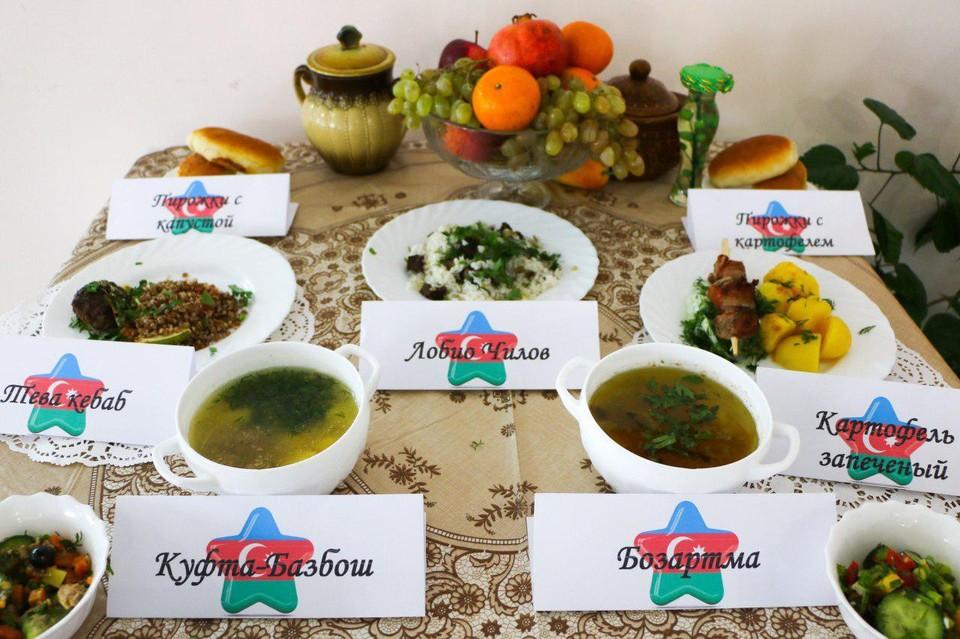 Солдаты из воинской части под Саратовом попробовали различные национальные блюда азербайджанской кухни.