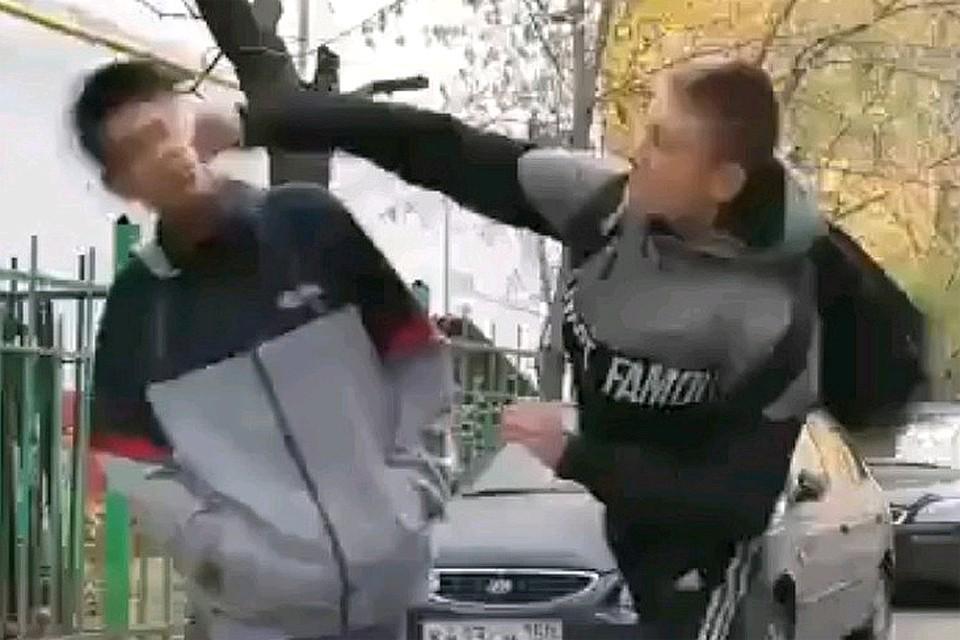 Кадр с избиением школьника.