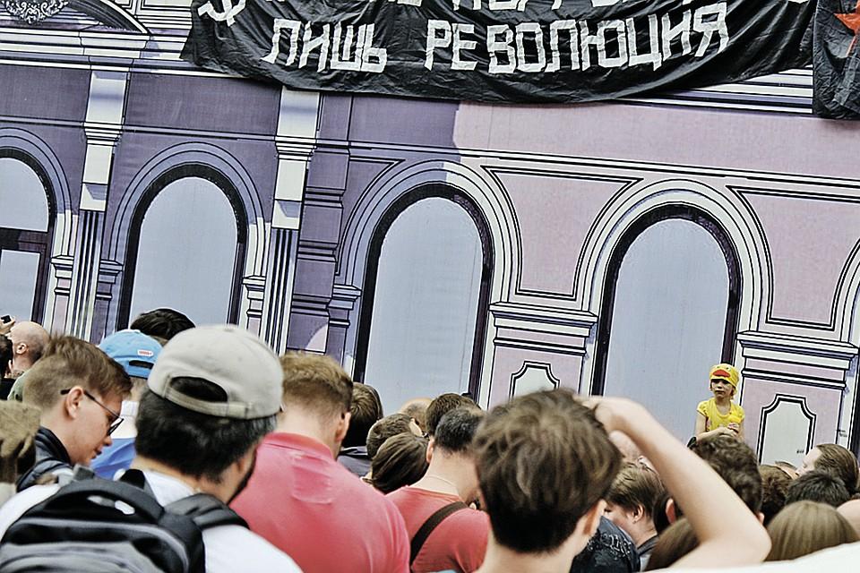 Дух революции и сегодня взывают к пробуждению малочисленные группы юных леваков и анархистов. Но серьезных симптомов всенародного бунта, как в 1917-м, пока все же нет.