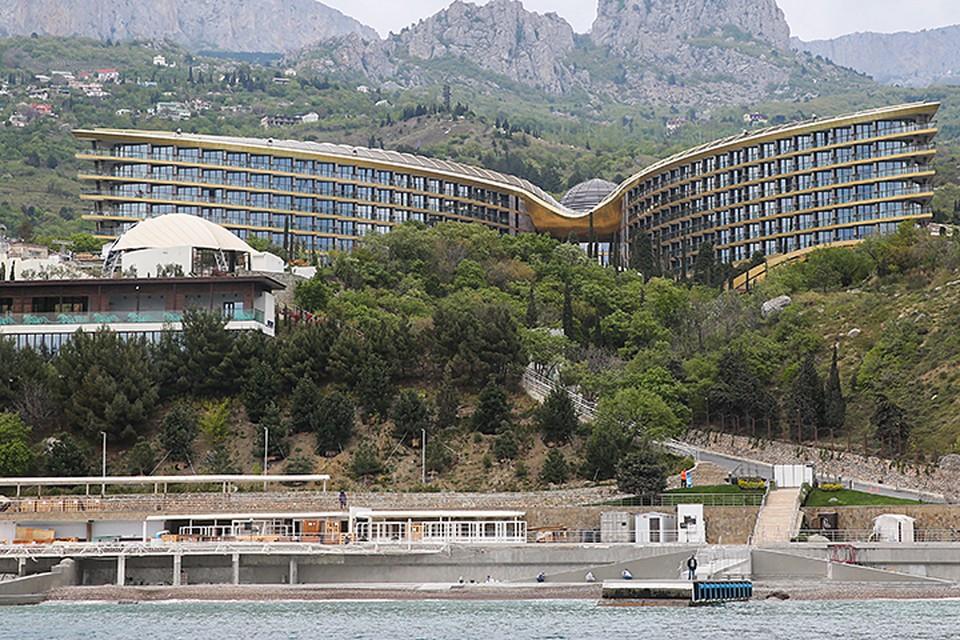 Mriya Resort & Spa угодил в список за то, что именно на его площадке этой весной проходил IV Ялтинский международный экономический форум. Фото: Петр Ковалев/ТАСС