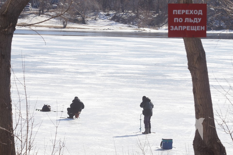 Толщина ледяного покрова на водоемах Урала составляет не более трех сантиметров