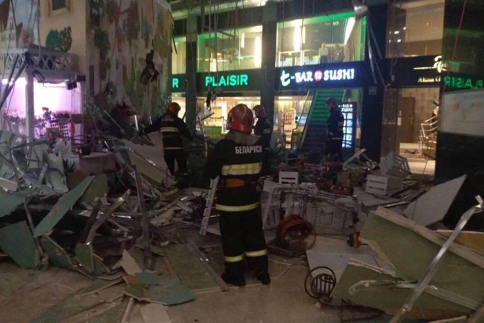 В торговом центре Минска обвалился потолок, пострадал один человек. Фото: Twitter/112MINSK