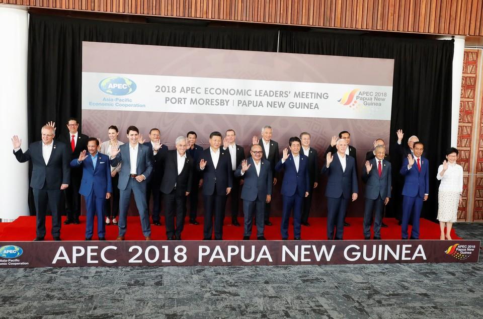 Лидеры позируют для совместного фото во время саммита АТЭС