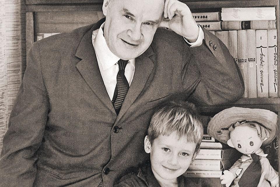 Игорь Носов с дедом Николаем Николаевичем и его главным героем Незнайкой. Фото: Личный архив