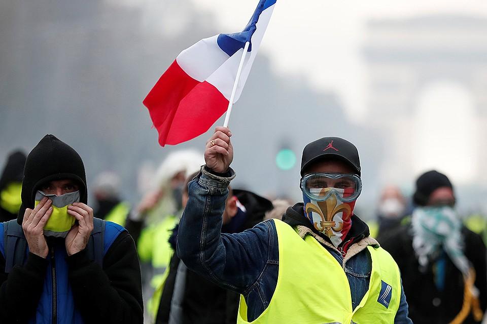 Участники протестов в центре столицы Франции.