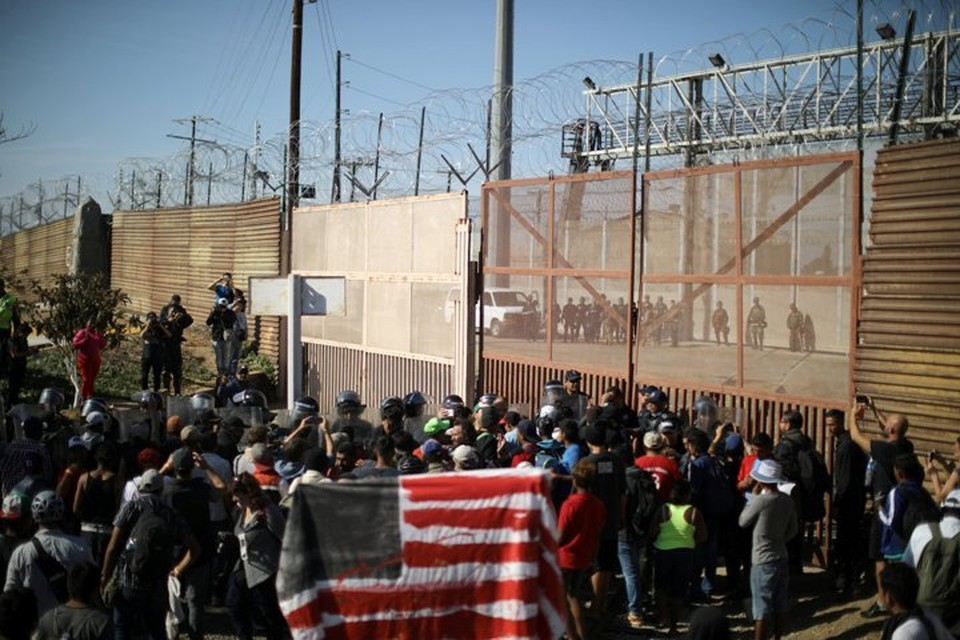 Не менее 500 нелегальных мигрантов пытались прорваться в США с территории Мексики