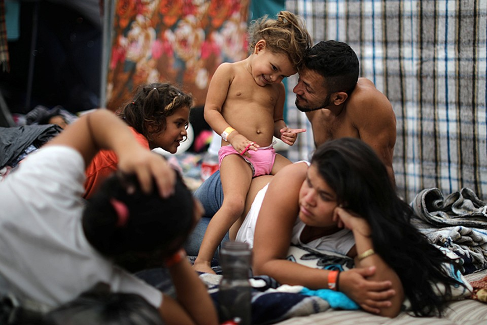 Пока что беженцы по-прежнему находятся с другой стороны забора