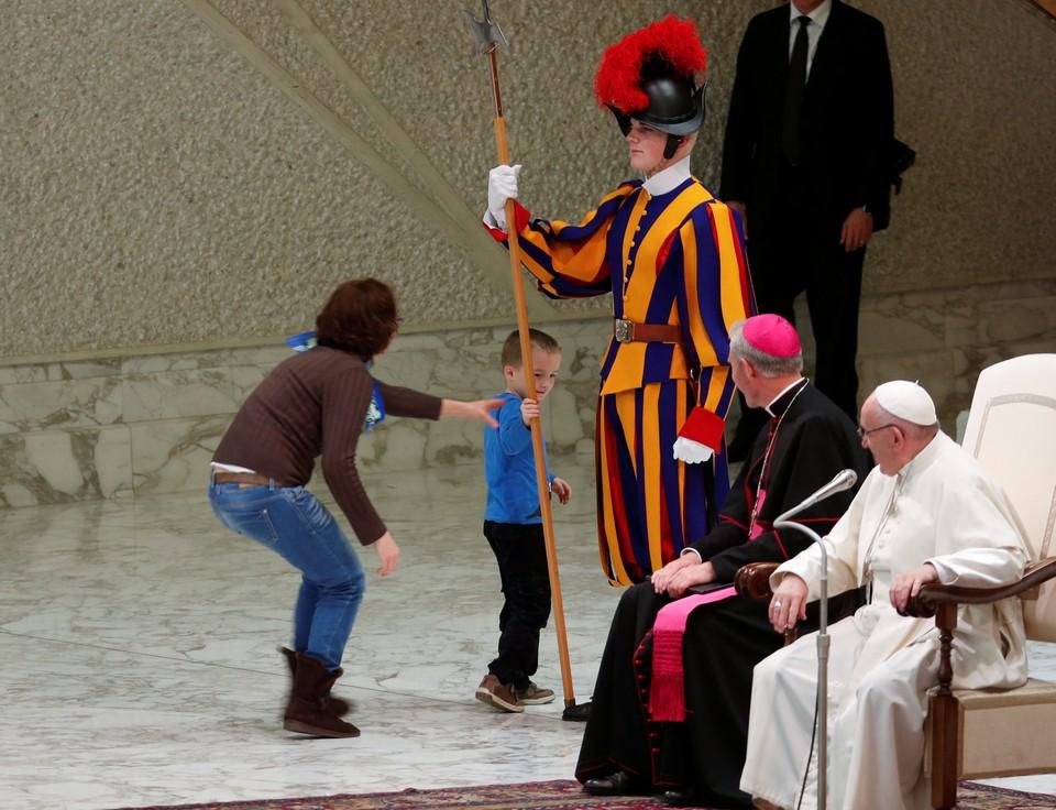 Папа Римский разрешил мальчику свободно бегать по подиуму