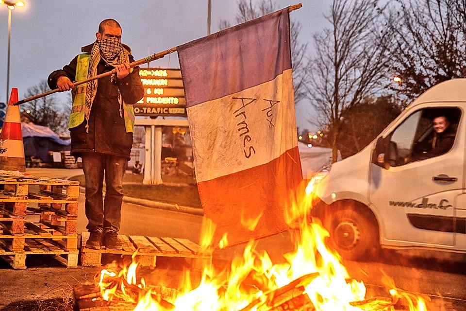 Протестующие французы добились своего, новые акцизы на топливо не будут введены ещё полгода.
