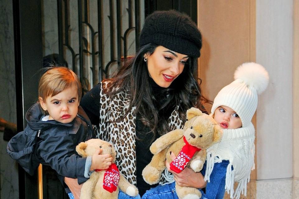 Фотографы подкараулили Амаль с детьми на руках у входа отеля в Нью-Йорке.