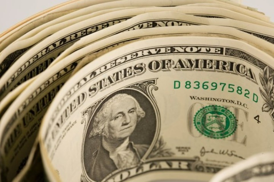 Курс доллара упал до 66,3 рубля