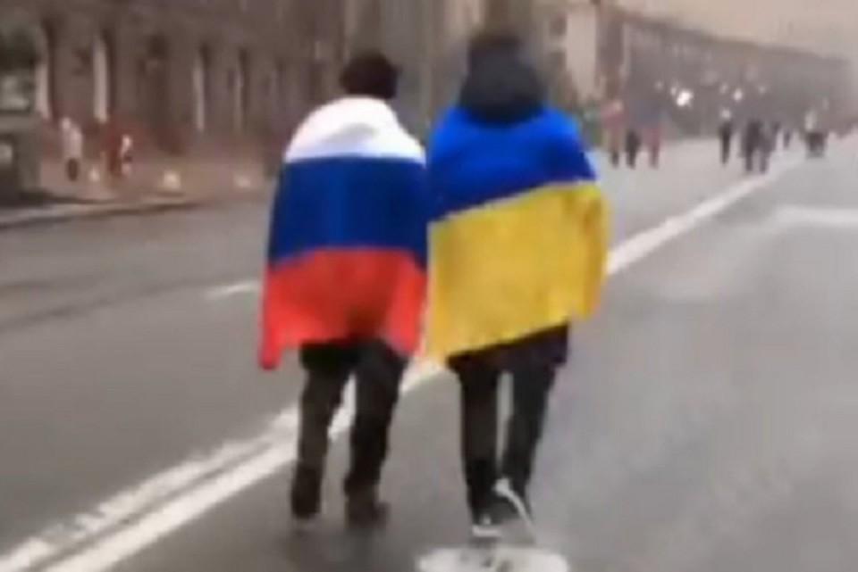 Двое приятелей устроили акцию дружбы России и Украины в Киеве. ФОТО: стоп-кадр видео