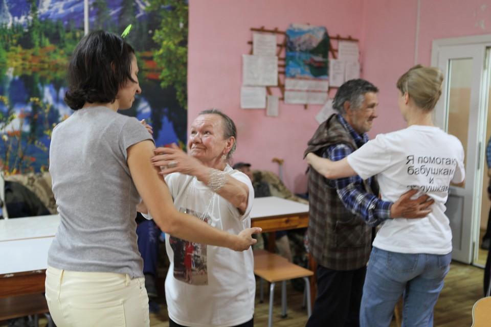 """У волонтеров есть девиз """"Помогай, чем можешь, помогай, как хочешь""""Фото: Фонд """"Старость в радость"""""""