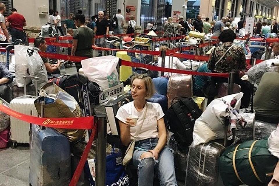Российские туристы в аэропорту Китая