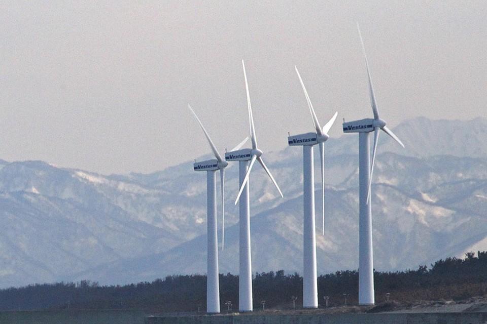 Получение электричества при помощи ветра - один из самых экологичных способов. Плюс, так можно добывать энергию в труднодоступных районах, куда подвоз топлива затруднен