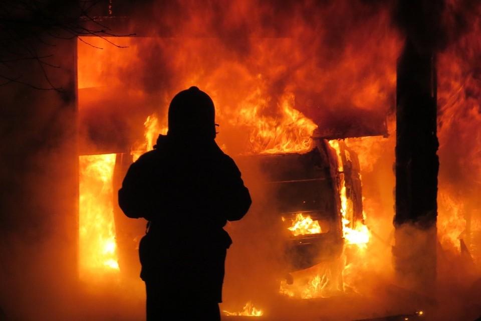 Причиной пожара могла стать неосмотрительность во время курения. Фото: МЧС.