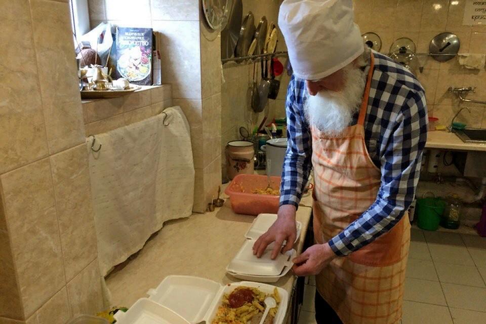 Три раза в неделю Сергей Васьков вместе с женой и добровольцами готовят еду для людей в сложной жизненной ситуации. Фото: из личного архива Сергея Васькова.