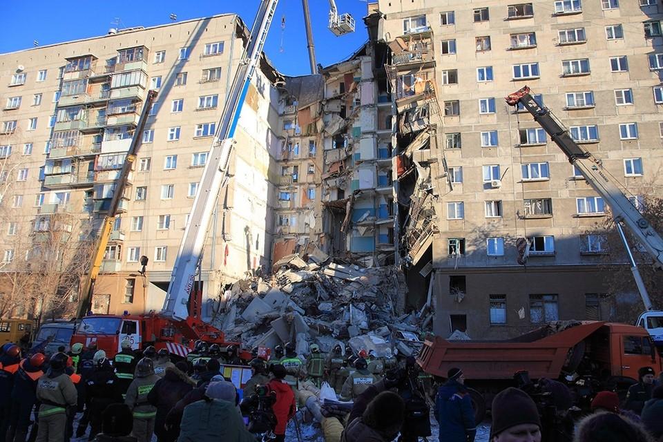 Сейчас трудно поверить. что кто-то выжил в этом бетонном крошиве. Но спасатели слышат крик.