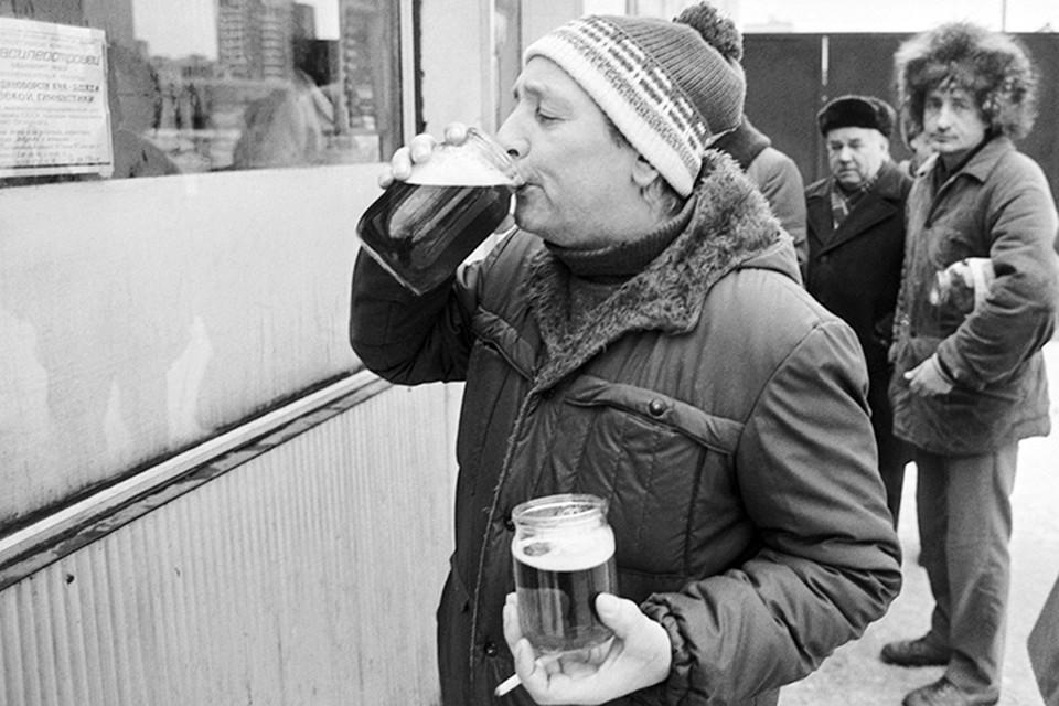 Пиво в СССР стоило 37копеек за поллитра, что в нынешних рублях обошлось бы в 150 рублей. И пиво это часто было дрянного качества