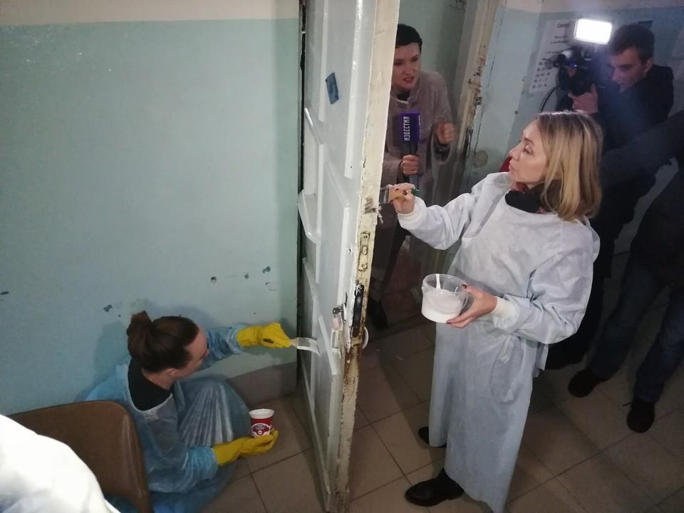Марина Чекунова красит дверь