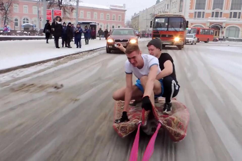 Пранкеры прокатились от парковки в начале Большой Покровской до конца остановки у фонтана на площади Минина.