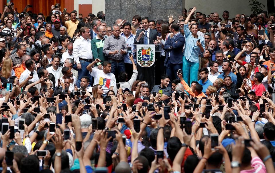 """25 января Гуаидо провел свою первую в жизни пресс-конференцию в качестве """"президента"""""""