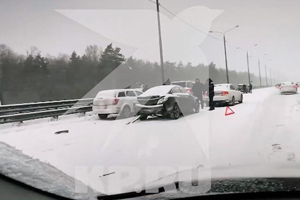 По итогам серии аварий в субботу четверо пострадавших были доставлены в московские клиники с травмами.