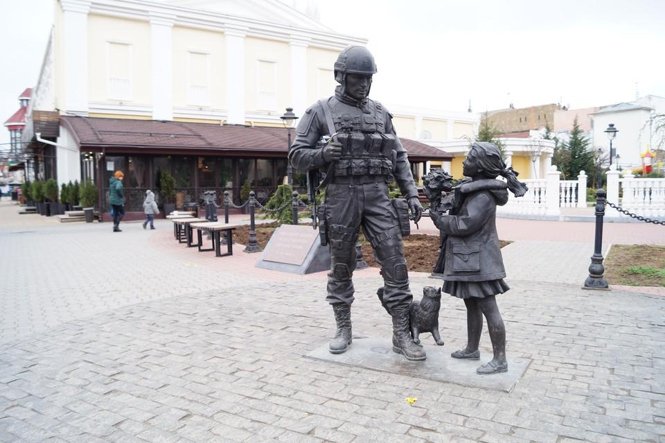 Памятник стоит в центре Симферополя, недалеко от здания парламента