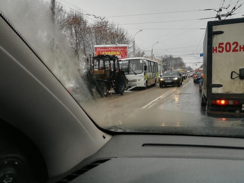 Авария произошла на Санкт-Петербургском шоссе Фото: vk.com / Подслушано у водителей. Тверь / Владимир Корепанов