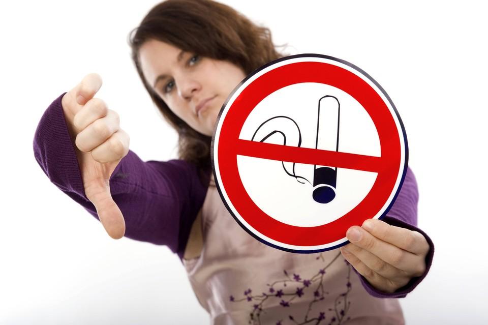 Курение за рулем также опасно, как разговоры по мобильному телефону, считают в Госдуме
