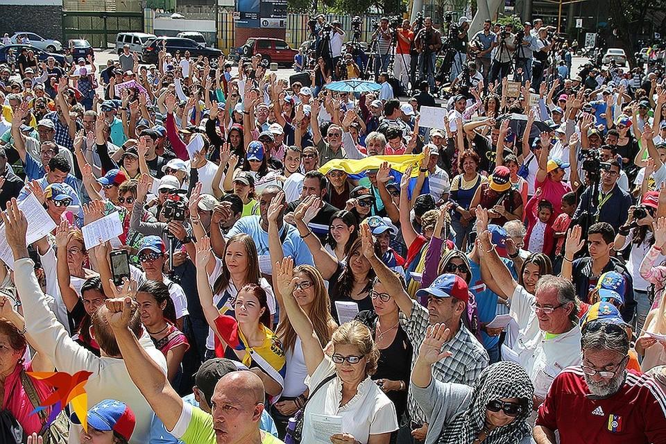 Фото с митинга сторонников оппозиции в Венесуэле