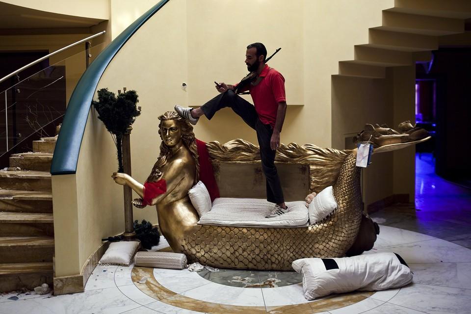 Лидер Ливии Муаммар Каддафи тоже славился своими несметными богатствами. Но большая часть его состояния исчезла, а шикарные резиденции, принадлежавшие его семейству, оказались разграблены. Фото Getty Images