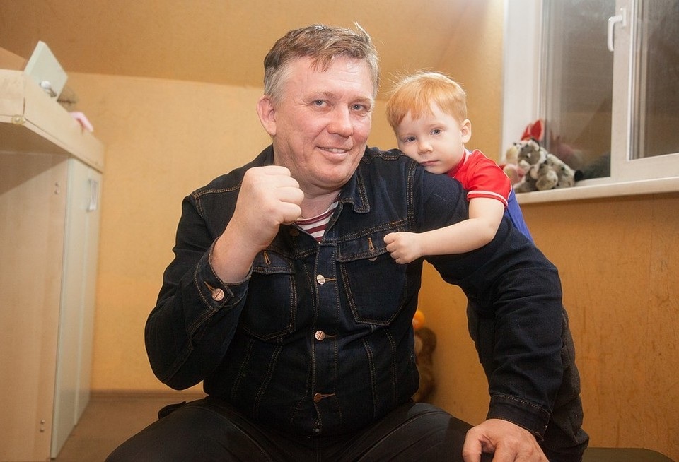 Ростислав теперь живет в большом доме вместе с родным сыном Ростиком