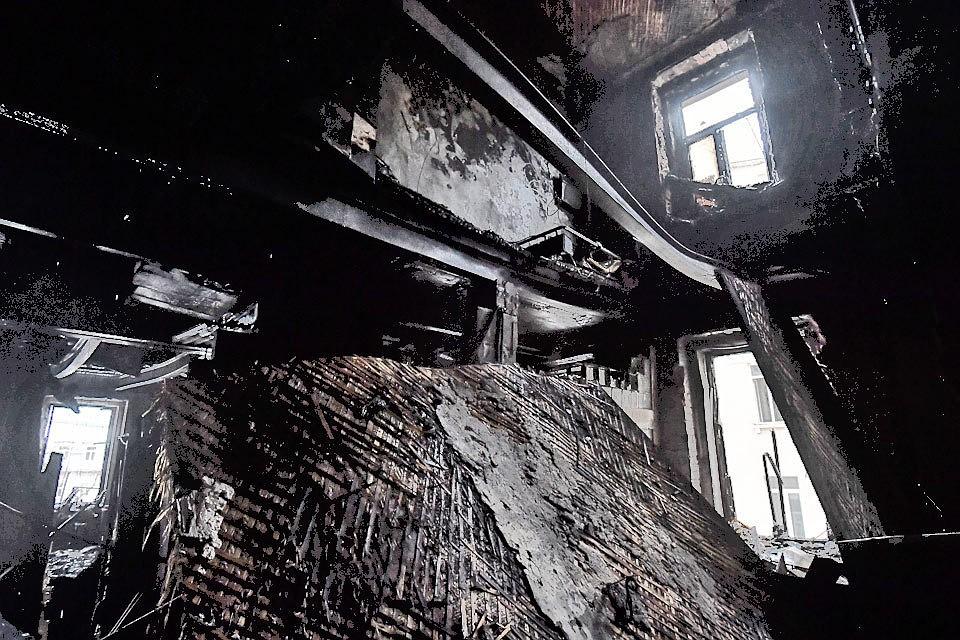 Вид на сгоревшие квартиры на 5 и 6 этаже дома на Никитском бульваре.