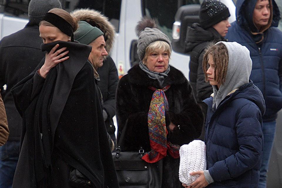 Юлия Толмацкая закрывала лицо от фотографов. 13-летний Тони очень похож на своего отца