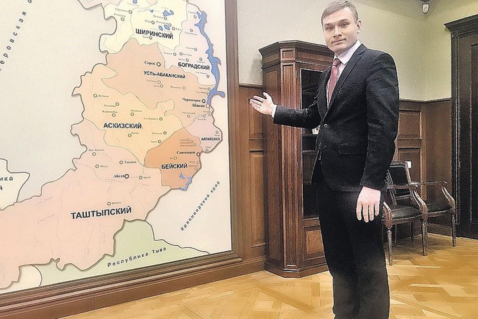 31-летний коммунист Валентин Коновалов показывает журналисту «КП» свои новые «владения» - кабинет губернатора и карту Хакасии