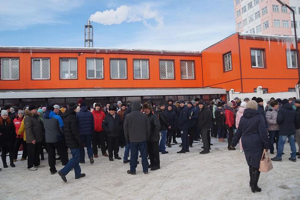 Люди вышли на митинг у проходной 14 февраля. Фото: газета «Усть-Катавская неделя».
