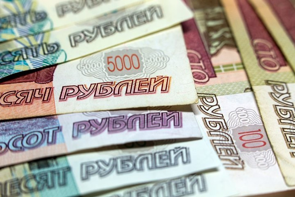Рубль в начале торгов слегка упал к доллару, но укрепился к евро